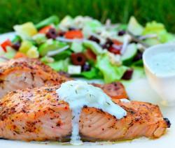طرز تهیه ماهی سالمون به سبک یونانی با سس خیار- تزتیک