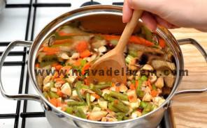 همه ی مواد سبزیجات را اضافه میکنیم و کمی تفت میدهیم