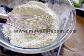 در یک کاسه متوسط، مخلوط را به ترکیب آرد، بکینگ پودر، جوش شیرین و نمک را مخلوط میکنیم و کنار میگذاریم