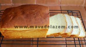 نان تست را برش میزنیم