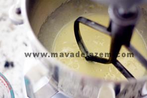 تخم مرغ و شکر دانه ریز 3 دقیقه هم میزنیم و سپس آب لیمو،عصاره لیمو و وانیل را نیز مخلوط میکنیم