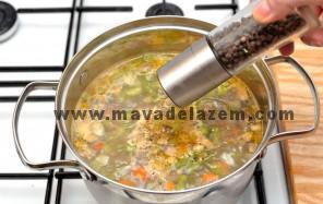 نمک و فلفل را اضافه میکنیم و نیم ساعت قبل از خاموش کردن جعفری و آویشن را اضافه میکنیم