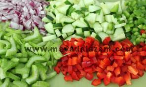 همه ی سبزیجات را خرد میکنیم