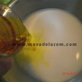 گلاب و شکر زعفران را اضافه کنیدو خوب بهم بزنید