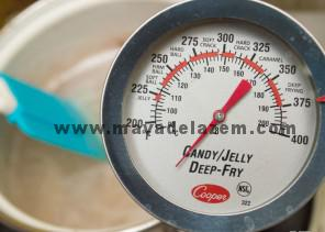 شکر ، سوربیتول، و شربت قند را در ظرفی جداگانه روی حرارت متوسط شعله گاز مخلوط کنید جوری که دمای آن حدود 70 درجه سانتی گراد باشد (میتوانید با دما سنج اندازه گیری کنید )