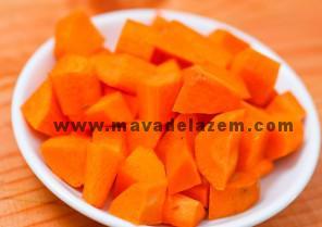 هویج را نگینی خرد میکنیم