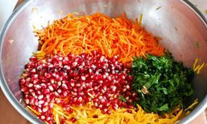 هویج را نیز رنده میکنیم و همه ی مواد رنده شده را با هم مخلوط میکنیم