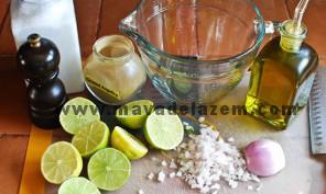 آب لیمو تازه و روغن زیتون و پیاز خرد شده و نمک و فلفل را با هم ترکیب میکنیم
