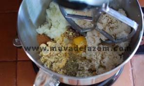 همه مواد خرد شده و تخم مرغ و سبزی خشک و نمک و فلفل و ادویه را مخلوط میکنیم