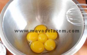 ابتدا زرده های تخم مرغ را خوب مخلوط میکنیم
