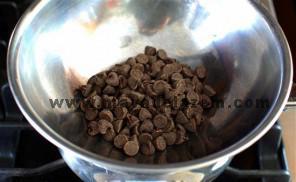شکلات و خامه را حرارت دهید تا شکلات ها ذوب شوند