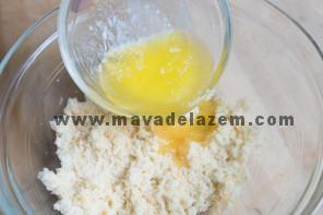 شکر، مزه پرتقال و وانیل را باهم ترکیب میکنم و کره را اضافه میکنیم و تخم مرغ ها را یکی یکی به این مخلوط اضافه میکنیم