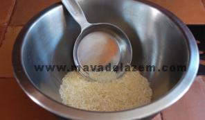 ابتدا برنج را در آب خیس میکنیم