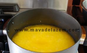 زعفران وگلاب و خلال پسته را به برنج اضافه میکنیم و اجازه میدهیم 20 دقیقه بپزد