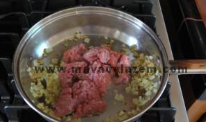گوشت را با پیاز و ادویه تفت میدهیم