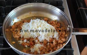 شعله حرارت را خاموش میکنیم و برنج را اضافه میکنیم