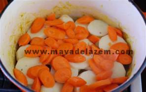 سیب زمینی و هویج حلقه شده و سماق و دارچین را بعد از گذشت یک ساعت اضافه میکنیم