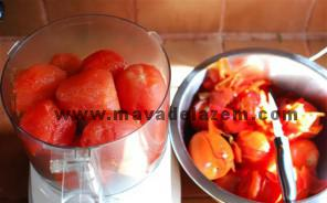 گوجه فرنگی ها را پوست میگیریم و در میکسر خرد میکنیم