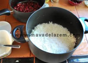 لایه ی اول را زعفران و نمک و روغن ریخته و بعد برنج مخلوط شده با ماست میریزیم