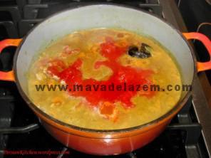 آب و گوجه خرد شده و رب و زعفران را اضافه میکنیم و تا 3 ساعت اجازه میدهیم بپزد
