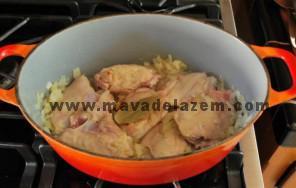 تکه های مرغ و نمک و فلفل و برگ بو را اضافه میکنیم و دو طرف گوشت مرغ را تفت میدهیم