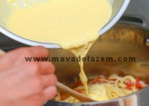 دو عدد تخم مرغ را بهم میزنیم و دو دقیقه حرارت میدهیم و به اسپاگتی ها اضافه میکنیم