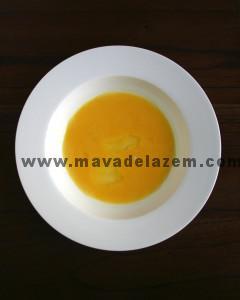 تخم مرغ ها و یک قاشق غذاخوری آب را هم میزنیم