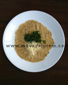 پودر سوخاری ایتالیایی و 2 قاشق پنیر پارمزان و کمی جعفری و ریحان را در ظرفی جداگانه ترکیب میکنیم