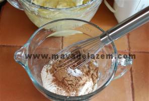 در ظرفی جداگانه آرد الک شده و پودر کاکائو ونمک رامخلوط میکنیم