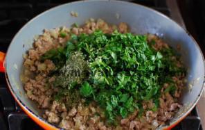 سبزیجات را به گوشت سرخ کرده اضافه میکنیم