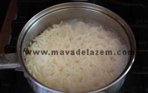 برنج را با آب و نمک میپزیم