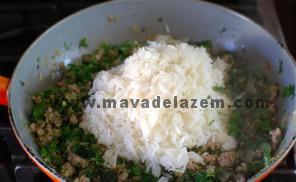 آب برنج که تمام شد آن را به مخلوط گوشت و سبزی اضافه میکنم