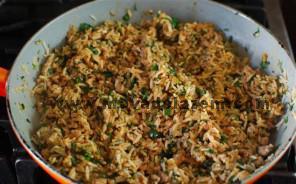 رب گوجه فرنگی را با آب داغ مخلوط کرده و به مخلوط گوشت و برنج اضافه میکنیم
