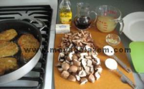سینه ی مرغ را در آرد و بعد از تخم مرغ و سپس از پودر سوخاری فرو میبریم و سرخ میکنیم