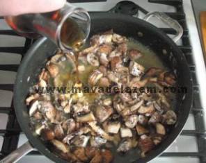 نیم ساعت بعد آب مرغ و مارسالا را اضافه میکنیم