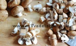 قارچ ها را به دلخواه خرد میکنیم