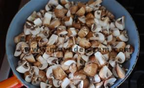 قارچ ها را تفت میدهیم