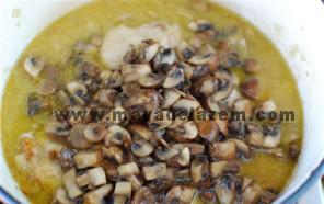 زعفران و آب لیمو و قارچ تفت داده شده را به قابلمه اضافه میکنیم