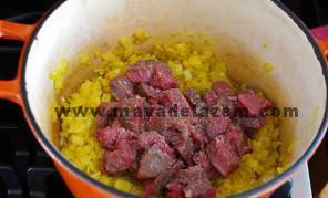 نمک و فلفل و زردچوبه و گوشت را اضافه میکنیم و تفت میدهیم