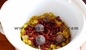 لوبیا و لیمو عمانی و دو فنجان آب اضافه میکنیم و به مدت 90 دقیقه باید بپزد
