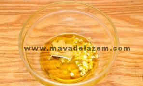 سیر، سرکه بالزامیک، نمک، خردل و فلفل را مخلوط کنید و سپس روغن زیتون را اضافه کنید و بخوبی مخلوط کنید