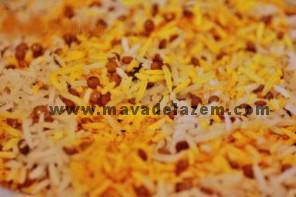 لایه لایه برنج و پیاز داغ و کدو میریزیم و روی همه ی لایه ها زعفران دم شده میریزیم