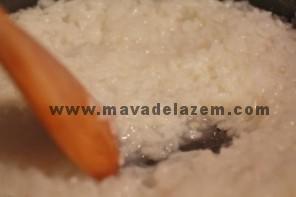 ابتدا برنج را میپزیم